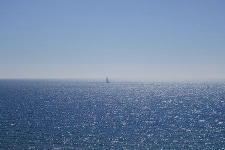 Voilier au milieu sur la mer Banque d'images