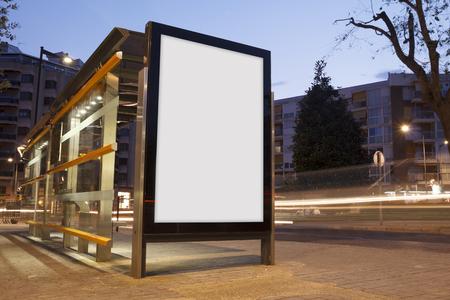 Publicité vierge dans un arrêt de bus, avec des feux flou
