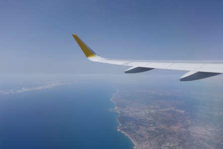Avion volant au dessus de la mer