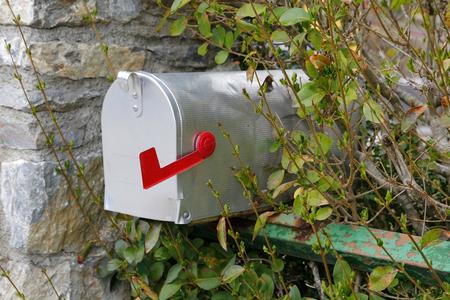 Boîte aux lettres fermée métallisée avec indicateur rouge Banque d'images