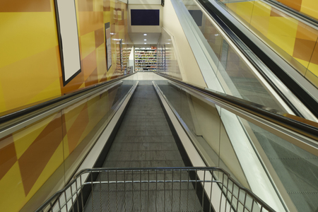 Conveyor belt and shopping cart in a supermarket entrance Banque d'images