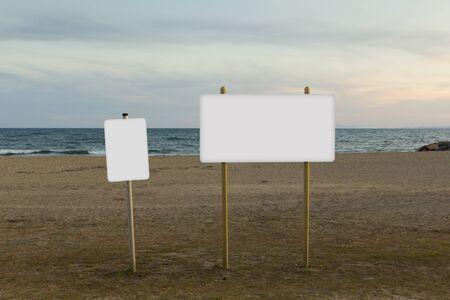 Des panneaux d'affichage vierges se moquent de la plage Banque d'images