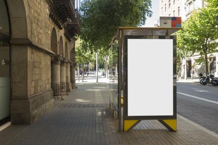 L'annonce en blanc se moque dans un arrêt de bus