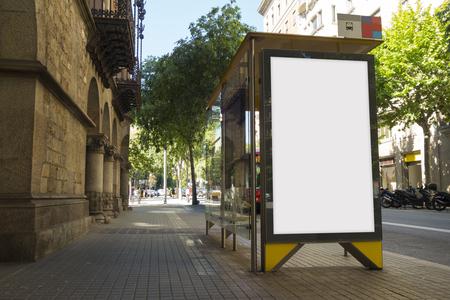 Publicité en blanc dans un arrêt de bus, pour promo gratuit