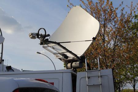 Antenne dans un véhicule pour les journalistes de la télévision