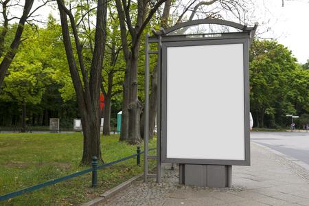 Le billard en blanc se moque dans un arrêt de bus
