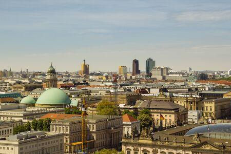 BERLIN, ALLEMAGNE - 17 MAI 2017: Vue de la ville de Berlin depuis le toit du Dôme Catheral, avec Potsdamer platz en arrière-plan