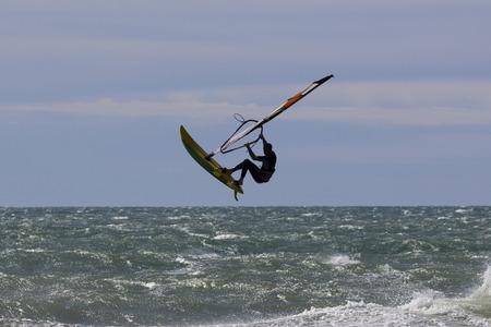 Windsurf saut acrobatique dans la mer Éditoriale