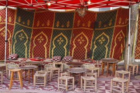 Tente arabe avec tabourets et tables Banque d'images