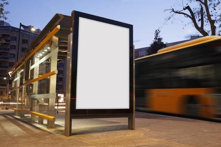 Publicité en blanc dans un arrêt de bus, avec un bus flou Banque d'images