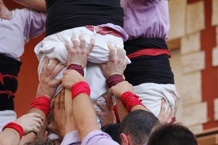 """Les gens qui font des tours humaines, un spectacle traditionnel en Catalogne appelé """"castellers"""" Banque d'images"""