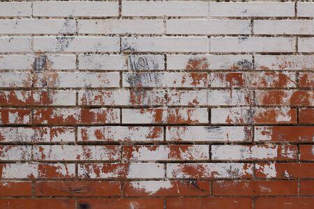 Mur en briques peintes en blanc