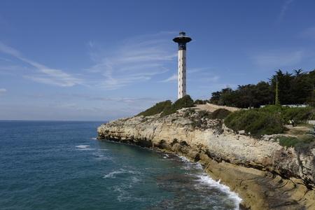 Phare dans la côte de Torredembarra, en Catalogne, en Espagne Banque d'images