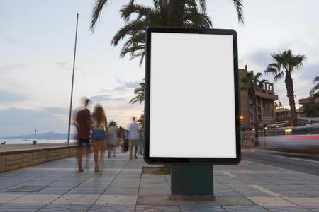 Publicité en blanc dans un panneau d'affichage, dans un sentier à côté de la mer