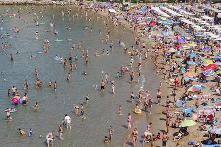 SALOU, ESPAGNE - 03 AOÛT 2017: Les gens se détendent et s'amusent à la plage pour passer leurs vacances à la côte de Salou, en Espagne, une destination touristique célèbre