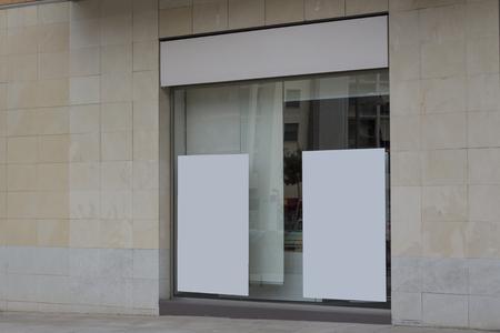 Panneaux d'affichage en blanc dans une vitrine de bureau, pour une publicité gratuite Banque d'images