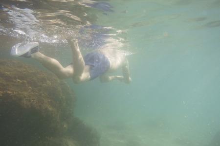 Homme nageant sous l'eau Banque d'images