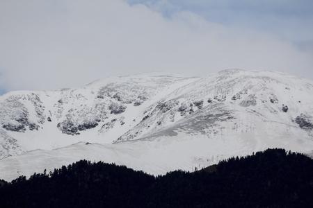 Pic de montagne avec de la neige, à l'hiver