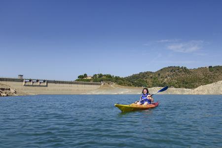 Jeune femme avec un kayak coloré à l'été