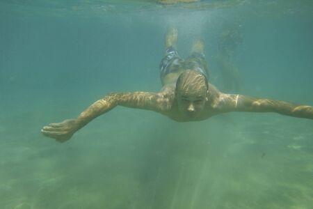 L'homme nage sous l'eau dans la mer