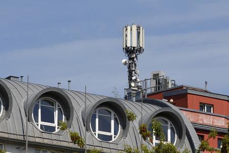 Antenne mobile dans le toit d'un bâtiment, contre le ciel bleu Banque d'images