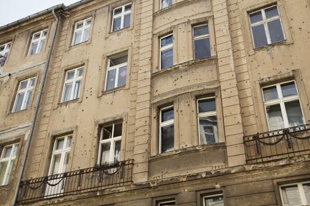Façade de bâtiment avec des trous de balle d'une guerre passée à Berlin