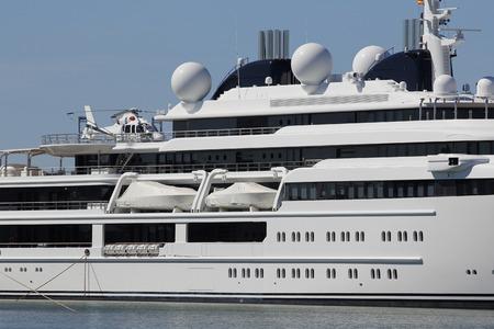 Yacht de luxe avec hélicoptère privé, amarré sur le port