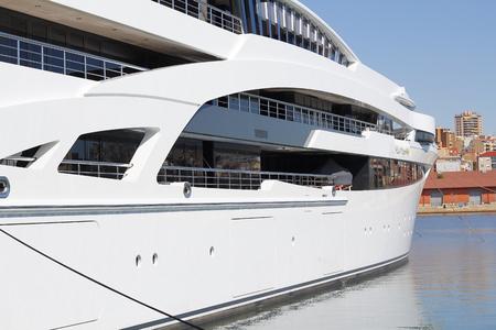 Yacht de luxe amarré sur le port
