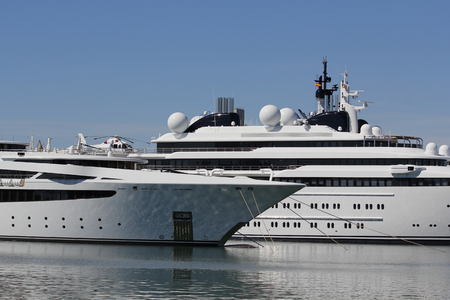 Luxury yacht with private helicopter, moored on harbor Éditoriale