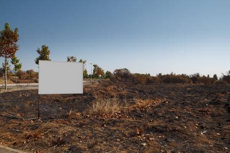 Panneau d'affichage vide mock up dans un complot brûlé Banque d'images