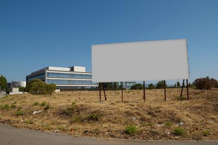 billboard Blank dans une parcelle en vente, le développement Banque d'images