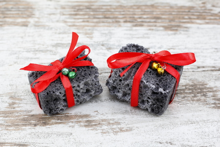 Christmas coal present with red ribbon, sweet gift for naughty boys Banque d'images