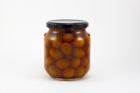 Canned olives in a glass jar, isolated in a white background Banque d'images