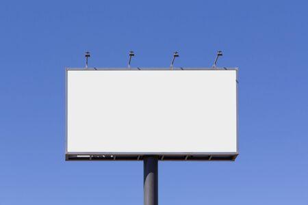 Tabellone vuoto mock up per la pubblicità, contro il cielo blu