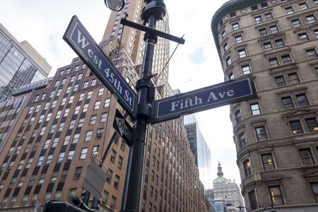 Fifth avenue sign in New York, in an intersection with a street in Manhattan. Banque d'images