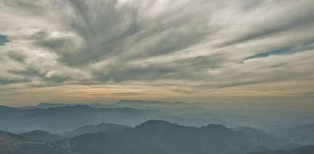 lejanas montañas al atardecer con nubes altas Foto de archivo - 12801853