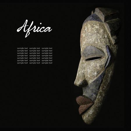 tribales: Máscara africana sobre negro Foto de archivo