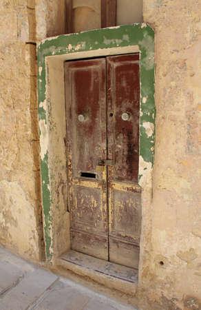 puertas antiguas: Puertas viejas en la ciudad antigua.
