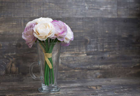 Artificial flower bouquet in vase on wooden background. Horizontal imagination Banque d'images