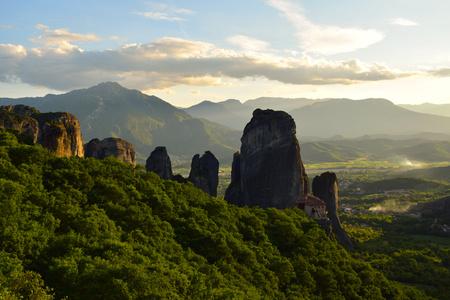 Météores en Grèce Falaises, monastères au coucher du soleil de Kalambaka