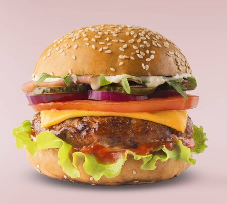 Deliciosa hamburguesa aislado sobre fondo rosa