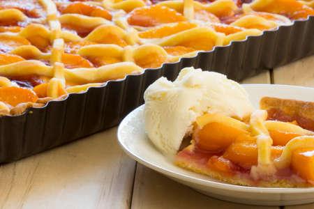 melba: Melba Shortcake en un plato de circular en la tabla de la porción en el plato con helado Foto de archivo