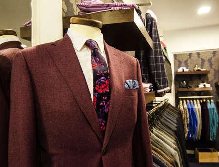 남성 정장 명품 옷 가게에 걸려 ANS 신발. 스톡 콘텐츠