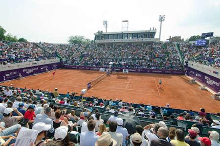 Bucarest, Rumania - 09 de julio 2014: Imagen de la arena central del BNR Arenas, durante el partido de tenis entre el jugador número 1 del tenis rumano, Simona HalepRomania e Indy De VroomeNetherlands. Foto de archivo - 43512270
