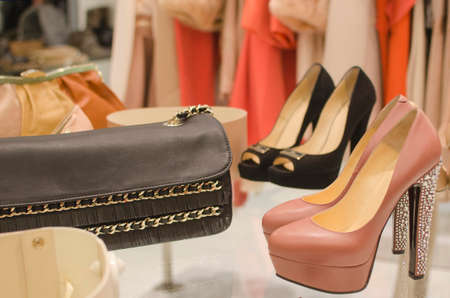 tienda de zapatos: tienda de ropa de lujo