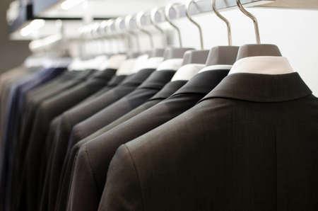 Mannen pakken opknoping in een kledingwinkel. Stockfoto - 43853007