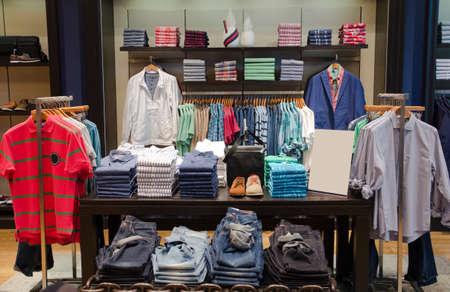 ropa colgada: Una tienda de lujo con ropa de hombre.