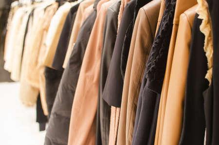 ropa colgada: Colgar la ropa en una tienda de moda.