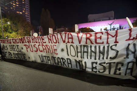 bucuresti: Bucharest, Romania  November 4, 2015: For a second consecutive night, over 30.000 people gathered at the University Square in Bucharest and protest against the government and the corruption.