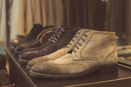 moda ropa: Zapatos en una tienda de moda de los hombres.